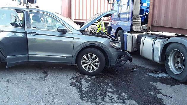 Nehoda si vyžádala zranění řidičky a spolujezdce z osobního vozu.