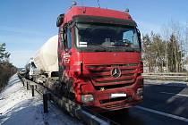 Tahač Mercedes s cisternou skončil po nebezpečném manévru tmavého Volkswagenu Passat ve svodidlech.