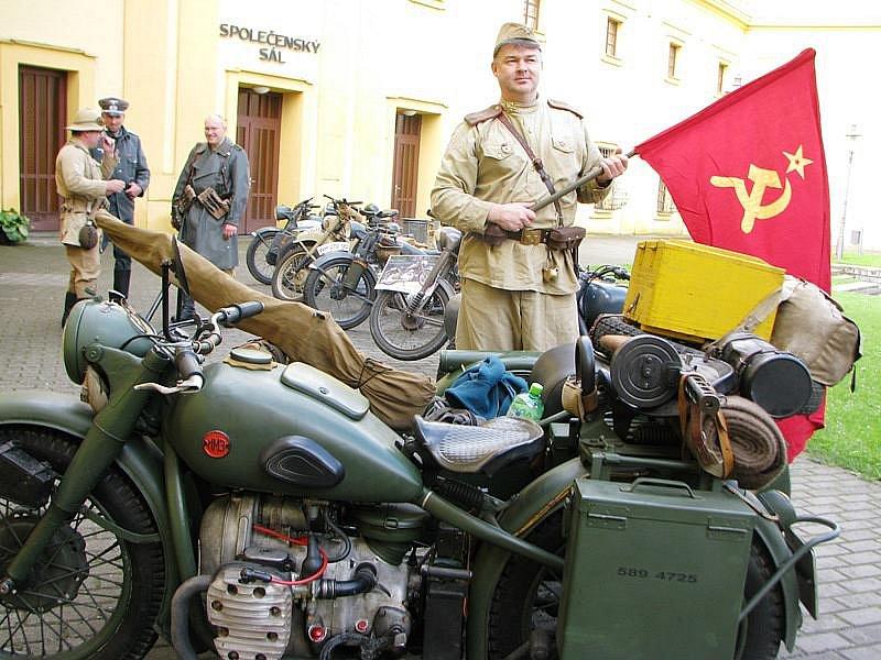 René Kotěra (s vlajkou) přijel do Polné na ruském motocyklu M72 z Okrouhlice na Havlíčkobrodsku.