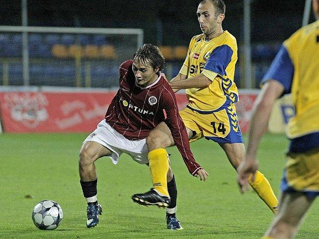Na podzim udolali jihlavští fotbalisté (ve žlutém dresu záložník Peter Krutý) sparťanskou rezervu 3:2, v odvetě na jejím hřišti si vedli ještě lépe. Vyhráli hladce 3:0.