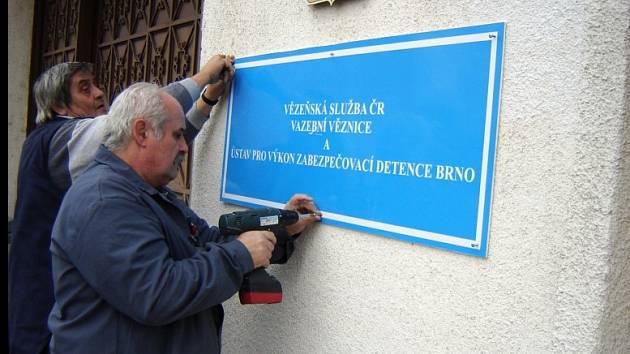 V poslední den loňského roku vyměnili pracovníci logistiky vazební věznice původní ceduli s názvem�Vazební věznice Brno�za novou s názvem Vazební věznice a Ústav pro výkon zabezpečovací detence Brno.