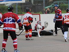 Jihlavští hokejbalisté právě překonali gólmana Starého Brna Chmelu, který neudržel nervy na uzdě a v závěru druhého utkání napadl rozhodčího. Zápas se nedohrál, ale Jihlava se i tak může radovat z vedení 2:0 na zápasy.
