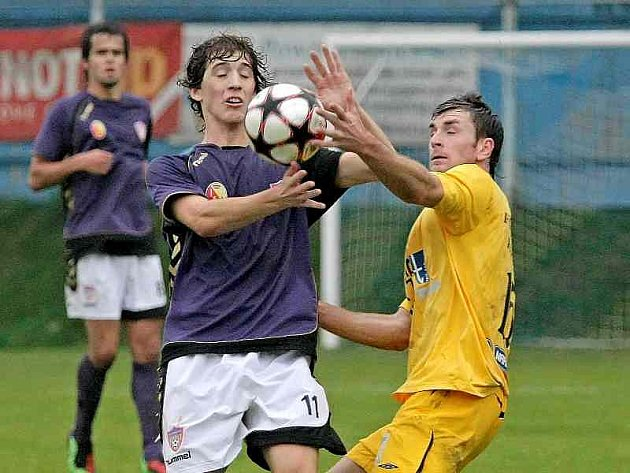 Fotbalisté Vrchoviny (ve fialovém drese v duelu s Rosicemi Kamil Skalník) vyhráli doma už třetí zápas v řadě. Zítra je čeká pohárové utkání s Kroměříží.
