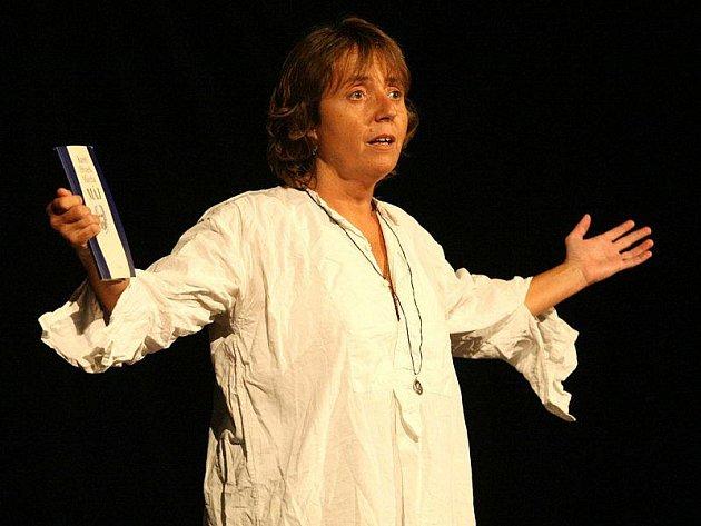 Hra Hrdý Budžes s hlavní představitelkou Bárou Hrzánovou baví publikum téměř osm let. Tentokráte inscenaci zhlédnou diváci ve Žďáře nad Sázavou.