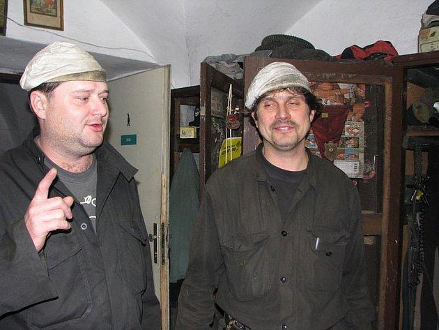 Osm mužů v černých kombinézách vymetá na Jihlavsku několikrát ročně desetitisíce komínů od malých u rodinných domů až po ty obří.