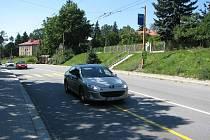 Vůz na snímku  přejel plnou žlutou čáru, čímž se dopustil dopravního přestupku. Žluté značení je přitom v tuto chvíli v Brněnské ulici už bezdůvodně.