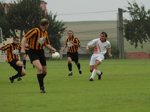 Fotbalisté Dobronína (v bílém Lukáš Sedláček) chtějí doma na škváře vyhrát.