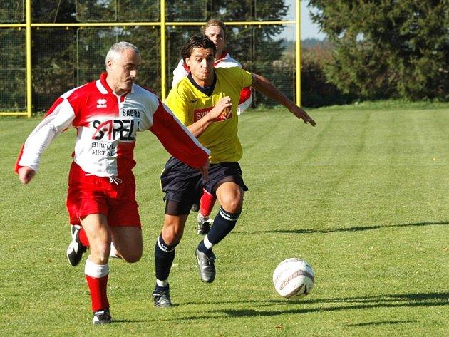 Fotbalový gentleman Petr Dvořáček (vlevo) si v neděli oblékne janovický dres v mistrovském utkání naposledy.