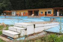 Takto nyní vypadá vyhlášené loucké koupaliště, které je letos zavřené kvůli rekonstrukci. Dokončuje se nová budova se zázemím pro personál a návštěvníky. Rekonstrukce bazénu přijde na řadu poté, co se vyřeší jeho konečná podoba.