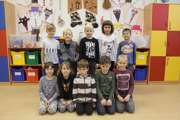 Na fotografii jsou žáci 1.D třídy jihlavské základní školy Demlova. Jejich třídní učitelkou je Alexandra Pátková. Spolu sní je ve třídě asistentka pedagoga Martina Svobodová. Vletošním roce nastoupilo do této první třídy 12prvňáčků. Jihlavskou základn