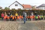 Děti starostovi slíbily, že budou na hřiště chodit.