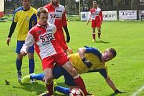 Fotbalisté Sapeli Polná (v červenobílých dresech) doma porazili Novou Ves 5:2.