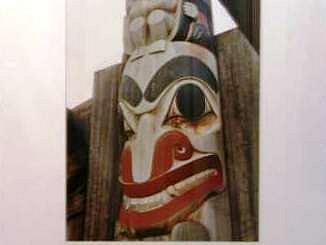 Jedna z fotografií totemů v humpoleckém muzeu Dr. Aloše Hrdličky.