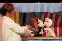 Divadlo O pejskovi a kočičce bylo zároveň ponaučením pro předškoláky