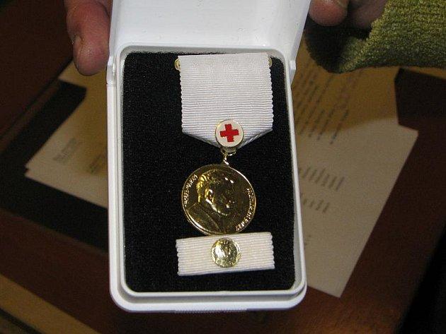 Zlatou plaketu doktora Jana Jánského včera obdrželo padesát šest nejpilnějších dárců krve.