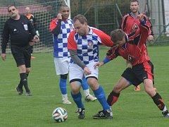 Fotbalisté Kostelce (v červených dresech) mají po dvou kolech čtyři body, což je na nováčka soutěže velmi dobré.