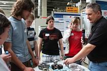 Akce High-Ttech Day se účastnili studenti vysokých škol technického zaměření z celé České republiky. Studenti při prohlídce výroby a prezentaci moderních dieselových technologií firmy Bosch.