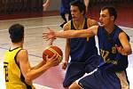 Jihlavští basketbalisté (ve žlutém) doma na mladíky ze Zlína nestačili.