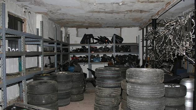 Devětadvacet škodovek ukradl od ledna do října tříčlenný gang na Vysočině a na Pardubicku. Škodovky muži rozebrali a rozprodali. Část lupu našli policisté v dílně.