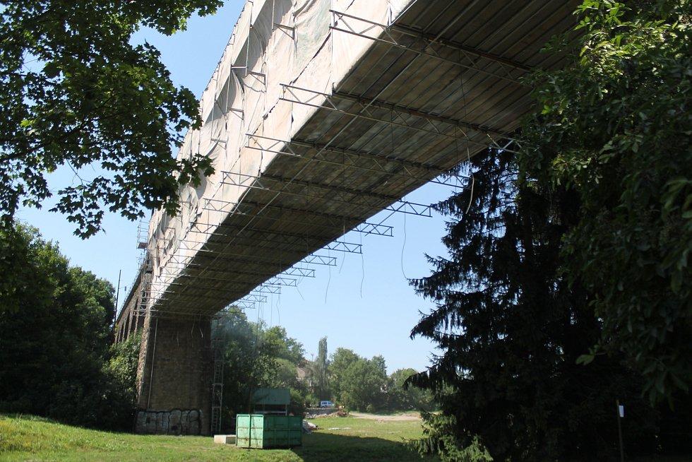 Ke svému 130 výročí od výstavby dostane jihlavský železniční most Pod Jánským kopečkem pěkný dárek v podobě nátěru, kolejnic a dalších oprav.