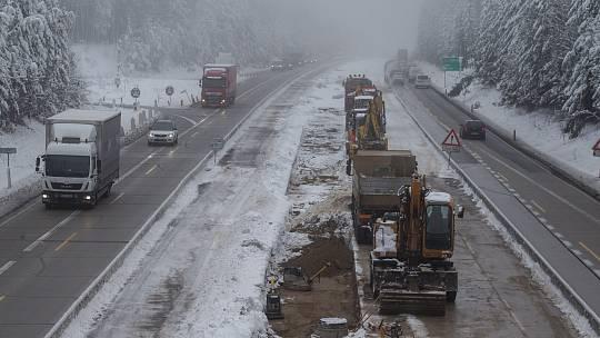 Tisková konference ŘSD na 97. km dálnice D1  poblíž Skorkova na Havlíčkobrodsku k připravovanému rozvázání smlouvy s firmami opravující úsek dálnice D1 mezi Větrným Jeníkovem a Humpolcem.
