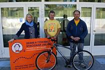 Ředitelka stacionáře Eva Pohořelá kolo dostala od handicapovaných cyklistů Jiřího Krále a Vladislava Svobody.