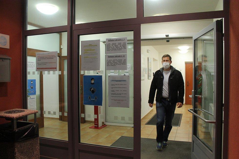 Mladý volič vycházející z budovy obecního úřadu v Lukách nad Jihlavou