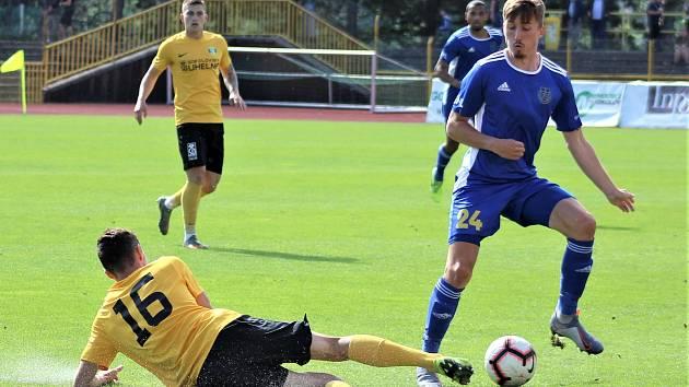 Jihlavští fotbalisté (v modrém) budou v nové druholigové sezoně hrát pod taktovkou nového kouče Aleše Křečka.