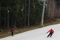 Přes teplé počasí se provozovatelům sjezdovky na vrchu Rudný u Jihlavy daří svah připravovat pro lyžaře.
