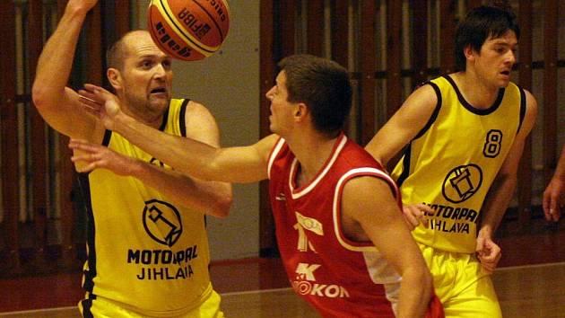 Pavel Tůma (vlevo) bude v jihlavském týmu bezesporu nejzkušenějším hráčem, který by měl BK Jihlava nasměrovat zpět do II. ligy.