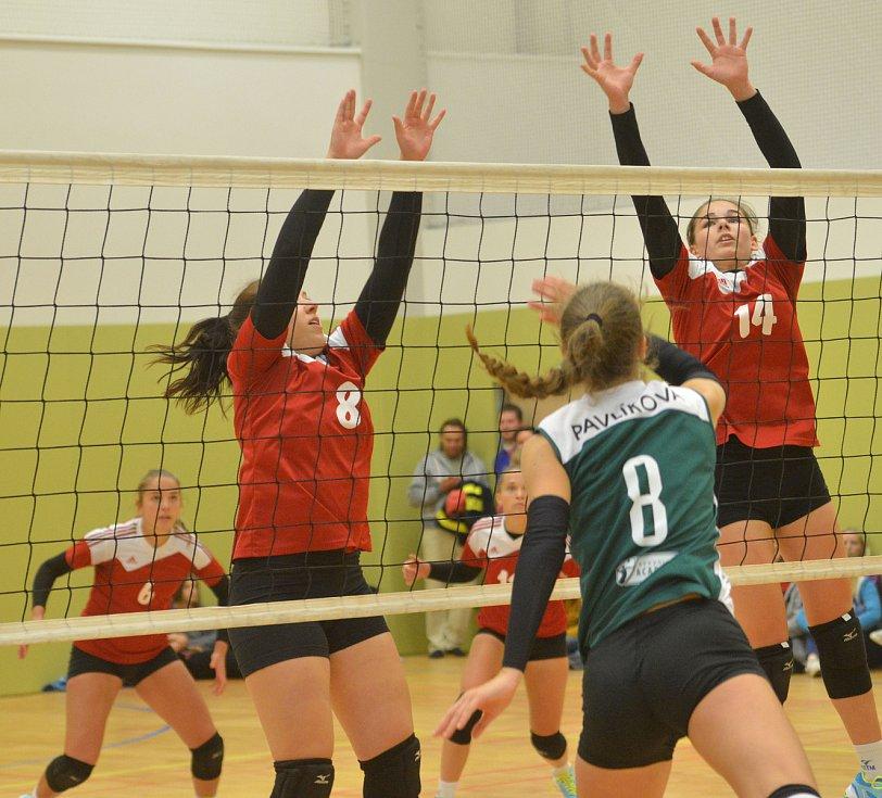 Volejbalové juniorky KCTM Vysočina (v červeném) to měly v extraligové premiéře těžké. Favorizovaným Brňankám (v zeleném) podlehly dvakrát 0:3 na sety.