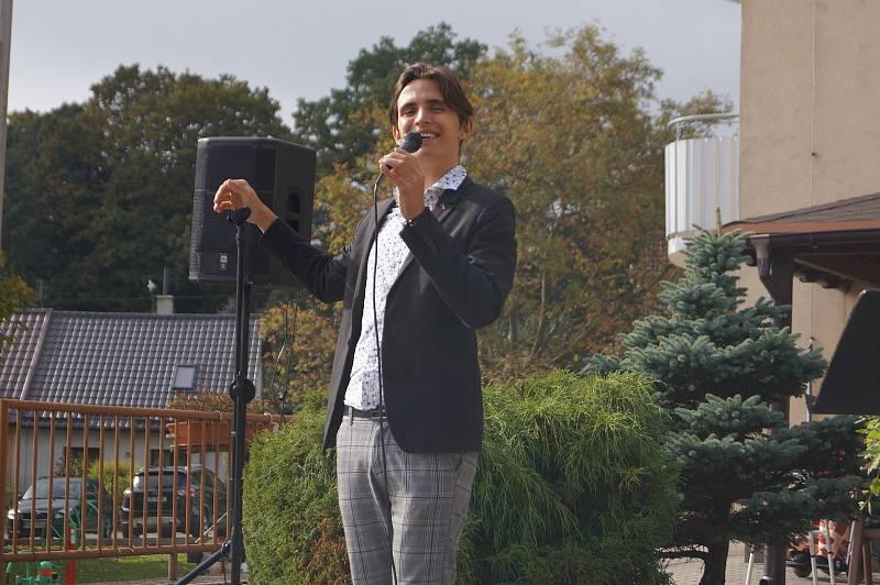 Mladý zpěvák Kristián Šebek z brněnského divadla Slunečnice rozveselil seniory v jihlavském domově v Lesnově.