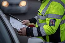 Policie začala kontrolovat, jestli lidé dodržují nová protiepidemická opatření omezující volný pohyb mezi okresy. Ilustrační foto