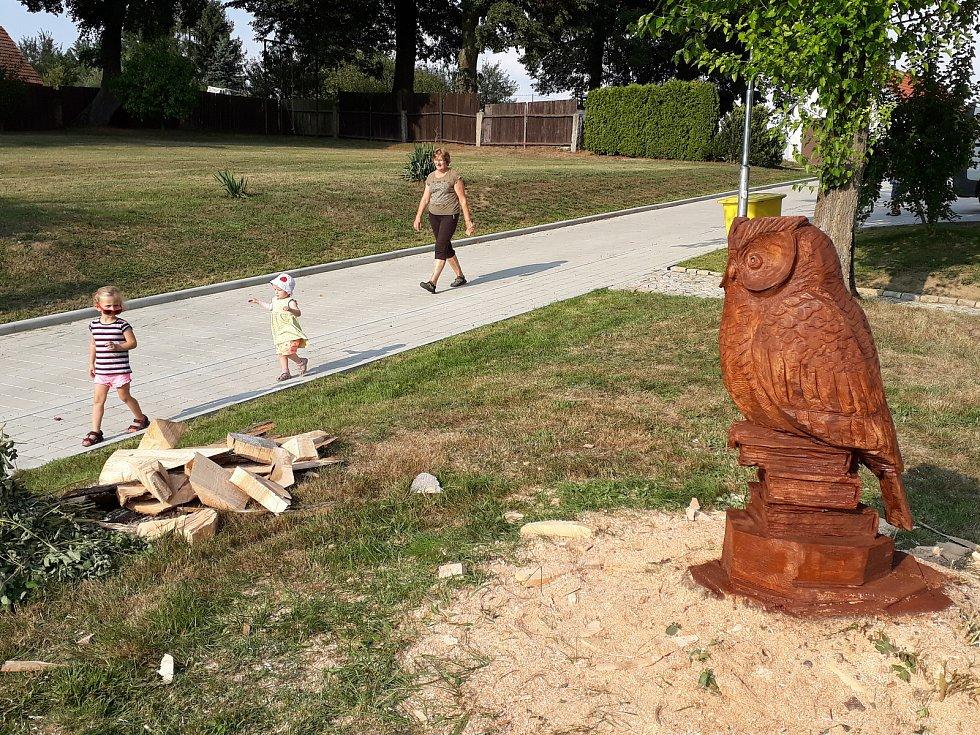 Řezbář Jan Hanz Štěbeták vytvořil na školní zahradě sochu sovy na knihách.
