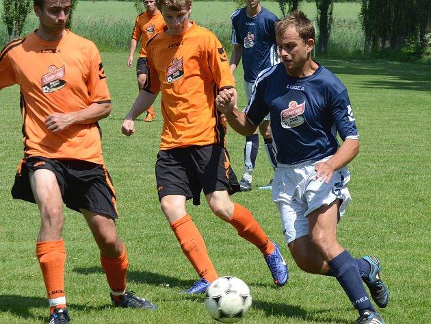 Fotbalisté Nadějova (v modrých dresech) se loučili se sezonou porážkou 0:2 od Batelova.