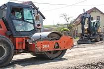 Dělníci opravují cesty ve Zhoři.