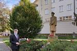 Rektor Vysoké školy polytechnické v Jihlavě Václav Báča ve středu položil symbolickou kytici k soše prvního československého prezidenta Tomáše Garrigua Masaryka.