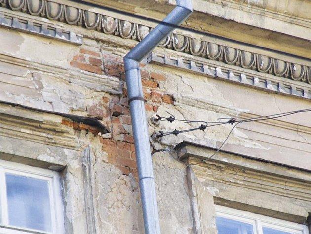 Vlastníci domů teď budou sčítat škody, které jim způsobila zima. Podle odhadů budou rozsáhlé.