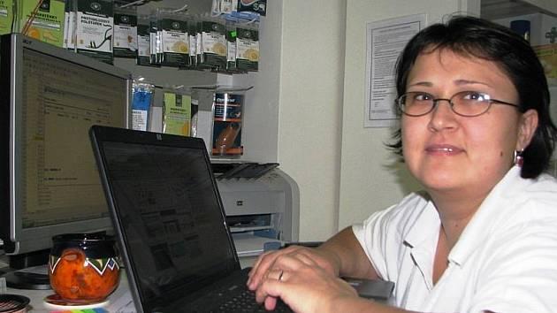 Datovou schránku k přijímání a odesílání veškeré korespondence si pořídila řada firem. Na snímku Atěna Škrdlová v prodejně  zdravotnických potřeb Tomea  pracuje s notebookem právě připraveným k aktivaci datové schránky.