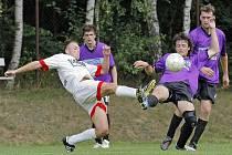 Fotbalisté Puklic (ve fialovém) si vcelku nečekaně odvezli ze Stonařova bod za remízu 4:4.