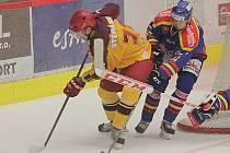 Marně naháněli hokejisté českobudějovického Motoru po své ploše jihlavské hráče (vlevo Petr Štěpánek). Dukla tahala po většinu zápasu za delší konec a zaslouženě si odvezla domů první tři body v sezoně.