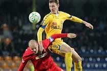 Loňské utkání Jihlavy s Brnem (na snímku Pavel Mezlík a Arnold Šimonek) vyhráli domácí 2:0. Podobný výsledek by znamenal ligovou definitivu pro Vysočinu.