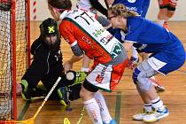 Po debaklu od Bulldogs Brno si florbalistky SK Jihlava (v bílém) spravily chuť proti Vsetínu. Na půdě favorita totiž vyhrály v prodloužení 5:4.