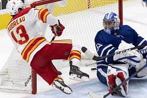 Brankář Toronta David Rittich nastoupil poprvé za svůj nový tým - Toronto Maple Leafs. Na snímku jej v prodloužení překonává Johnny Gaudreau z Calgary.