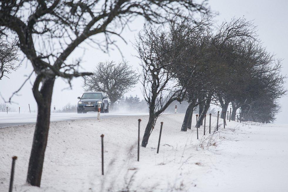 Sněhové jazyky na silnici I/38 mezi Havlíčkovým Brodem a Habry.