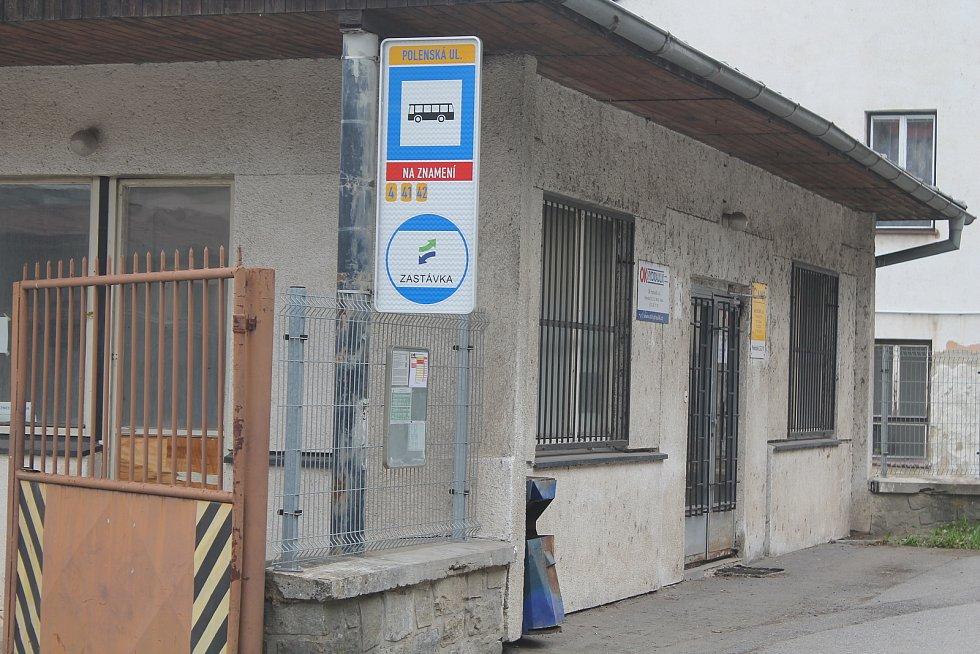 V Polenská ulici chrání cestující střecha budovy.