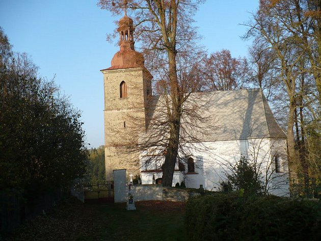 Ve střeše kostela sv. Petra a Pavla v Petrovicích jsou díry, letošní oprava si vyžádá přes milion korun.