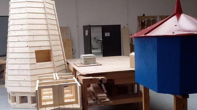 Žáci stavební školy pracují na stojanu s hodinami a hlásičem v podobě majáku, který bude zajišťovat bezpečnost u dětského hřiště na sídlišti Březinky v Jihlavě.