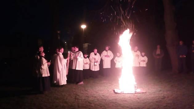 Na začátku velikonoční vigilie byl posvěcen velikonoční oheň kteý poté zapálil Paškál.