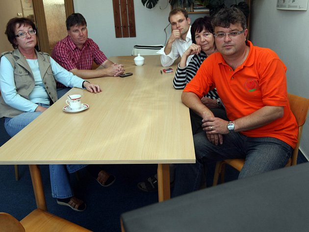 Štáb ČSSD sleduje na televizi průběžné výsledky voleb.